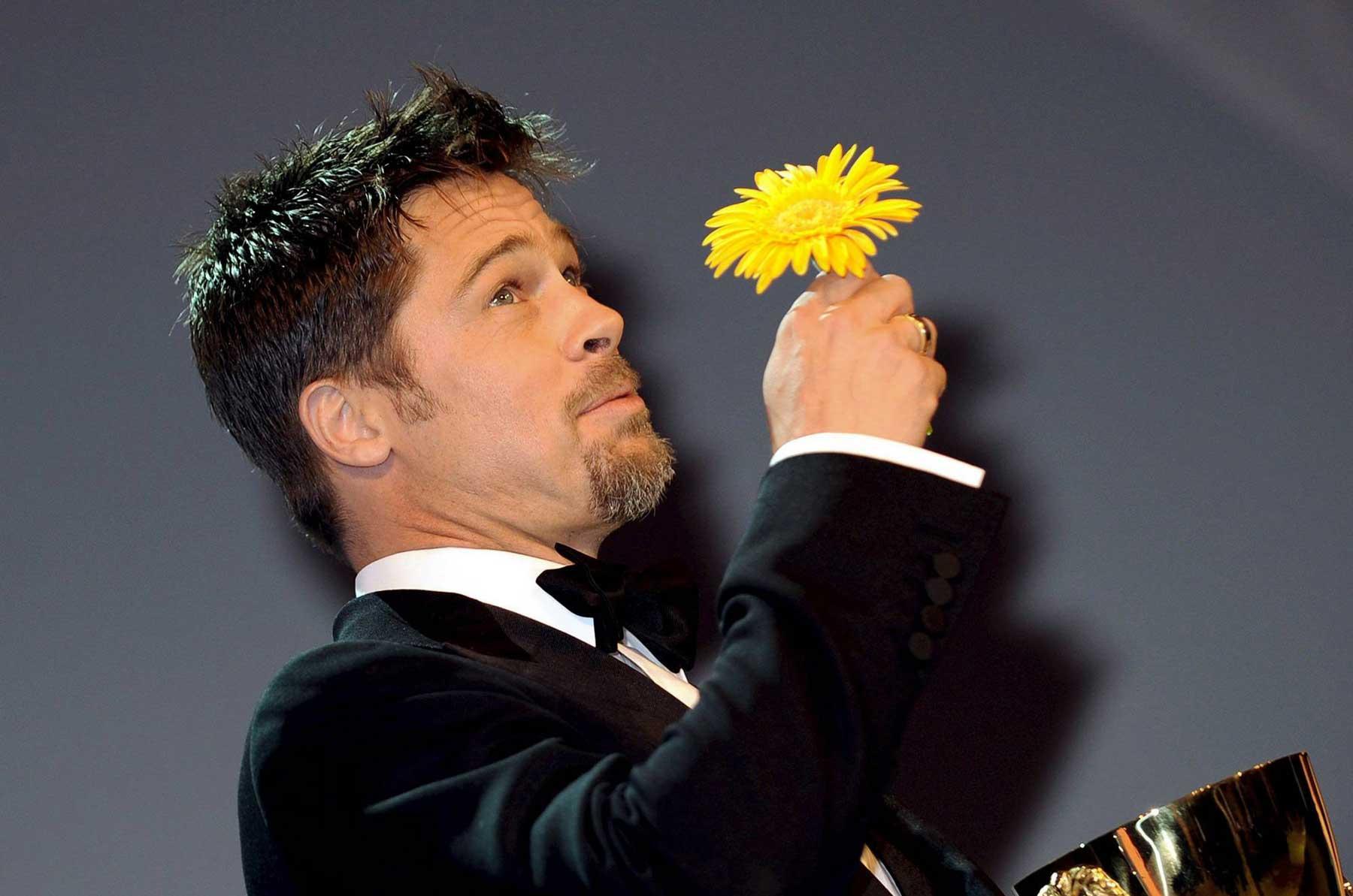 Актеры с букетам цветов фото
